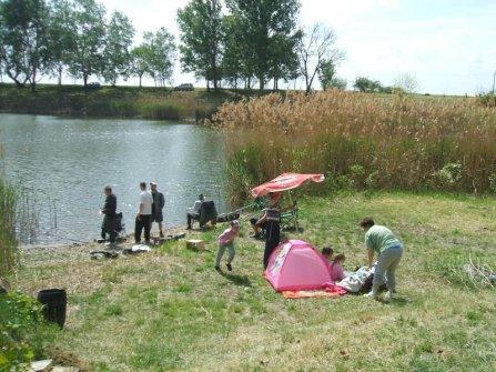 Családok a tóparton gyerekekkel együtt